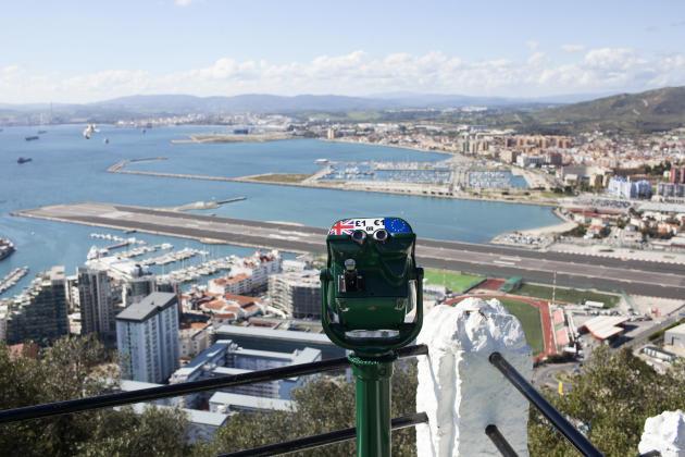 Une vue panoramique depuis Gibraltar. Au premier-plan, l'aéroport du Rocher. Au loin, les villes espagnoles La Línea de la Concepción (frontalière) et Algésiras.