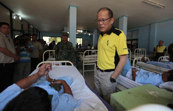 Le président philippin Benigno Aquino rend visite à un soldat blessé dans des combats contre Abou Sayyaf, le 13 avril à Zamboanga, près de l'île de Jolo.