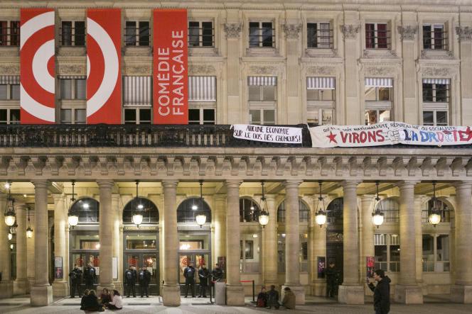Des intermittents du spectacle occupent la Comédie-Française à Paris, mardi 26 avril.