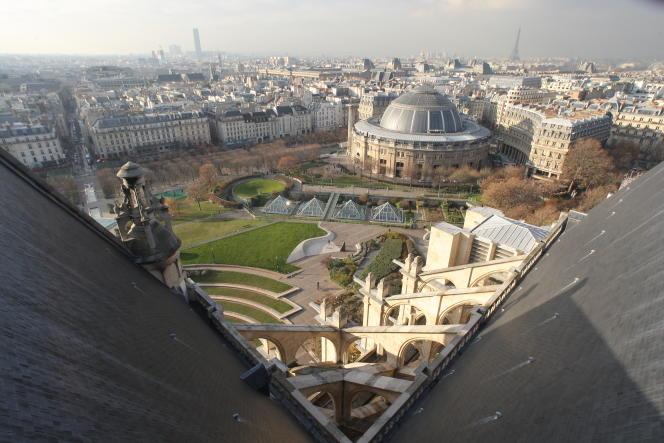 La Bourse de commerce, sur le Forum des Halles, vue depuis le toit l'église Saint-Eustache à Paris, le 27 novembre 2007.