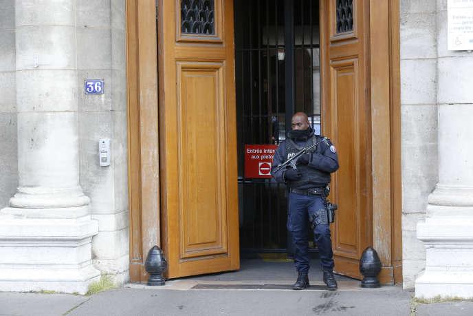 Devant le Palais de justice à Paris où Salah Abdeslam devrait être entendu par un juge mercredi 27 avril.