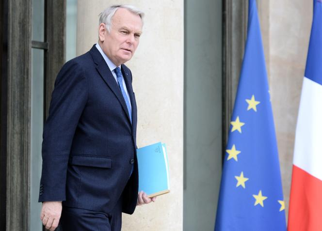 Le ministre des affaires étrangères Jean-Marc Ayrault sort de l'Elysée le 27 avril à Paris.