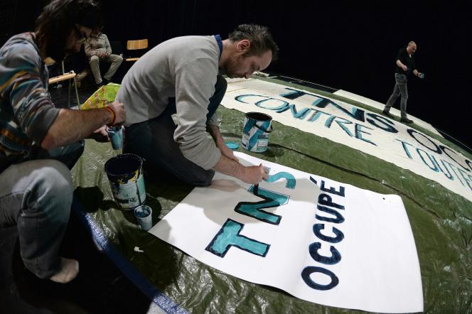 Des intermittents du spectacle occupent le Théâtre national de Strasbourg, mercredi27avril, pour protester contre la réforme de leur régime d'assurance-chômage.
