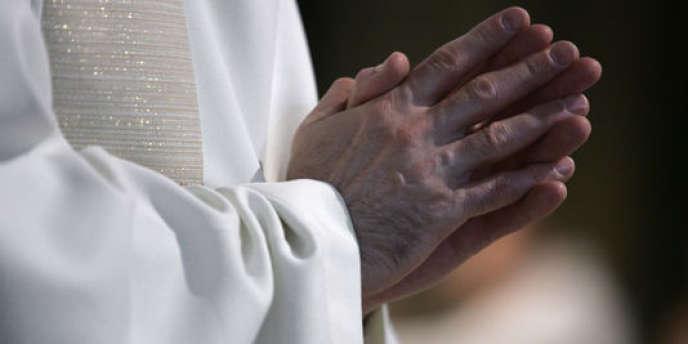 Un prêtre, le 24 juin 2006, à la cathédrale Notre-Dame de Paris.
