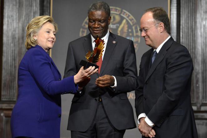 La candidate démocrate américaine Hillary Clinton remet en février 2014 le prix de sa fondation à Denis Mukwege à l'université Georgetown de Washington.
