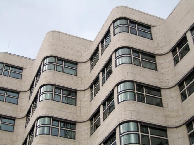 La façade de la Shell-Haus, achevée en 1932, dont les ondulations s'inspire des mouvements de l'eau.