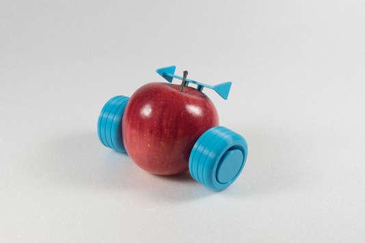 Un jeu avec pomme pour inciter les enfants à manger des fruits, conçu au laboratoire de fabrication numérique FabClub, à Paris.