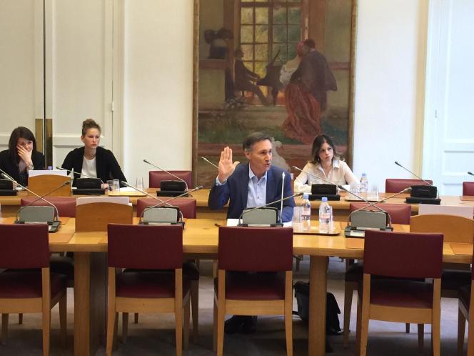 Michel Aubier prêtant serment devant la commission d'enquête sénatoriale sur le coût économique et financier de la pollution de l'air le 16 avril 2015.