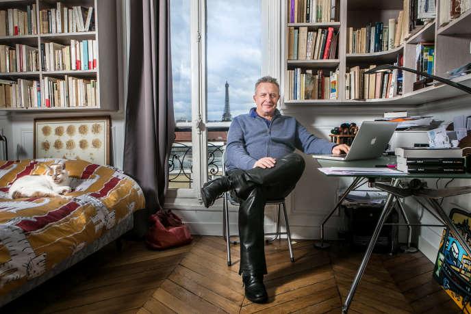 Michel Field, journaliste, écrivain et animateur de radio et de télévision, dans son appartement parisien, en janvier 2014.