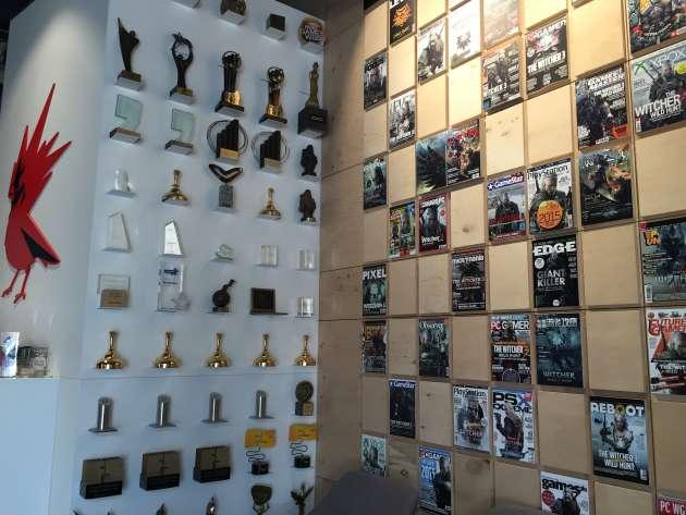 Le hall d'entrée de CD Projekt, à Varsovie, est décoré avec les couvertures et les trophées récoltés par The Witcher 3.