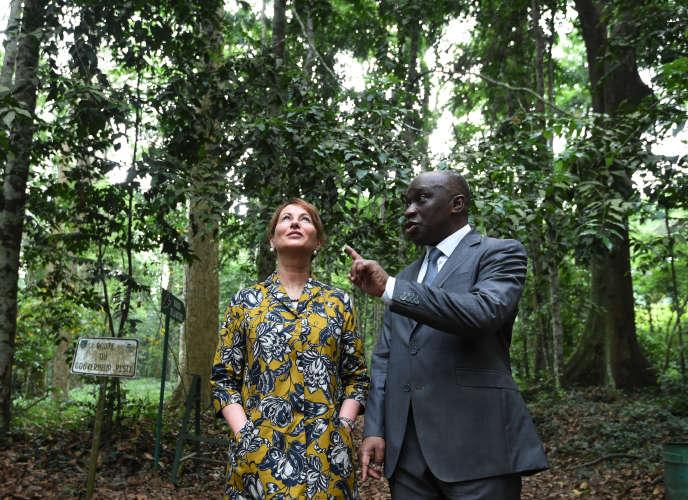 La ministre française de l'écologie, Ségolène Royal avec le ministre de l'environnement de Côte d'Ivoire, Remi Allah Kouadio dans le parc national du Banco à Abidjan, le 26 février 2016.