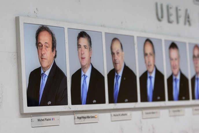 Les membres dirigeants del'UEFA ausiège de l'institution, àNyon.
