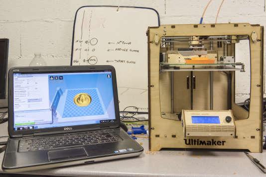 Impression en 3 D d'un presse-agrumes à l'Electrolab de Nanterre. L'objet prend forme grâce à un fil de plastique fondu à 250 °C, appliqué par couches successives de quelques millimètres.