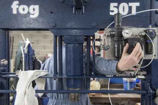 Réparation d'une presse ancienne à l'Electrolab de Nanterre.