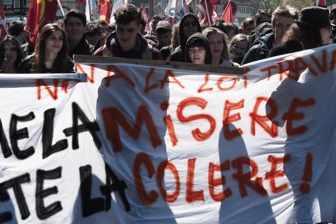 «Droite ou gauche, ou rien de tout cela, après tout, peu importe, dès lors que l'on mettra un terme au socialisme contemporain qui, bien trop, alimenta jusqu'à l'échec ces deux camps », selon Mathieu Laine (Photo: manifestation à Strasbourg contre la loi travaille 28 avril).
