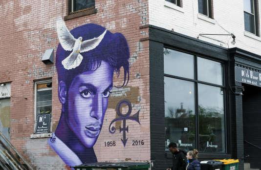 Photo d'une peinture murale en l'honneur de Prince à Minneapolis dans le Minnesota, le 28 avril 2016.