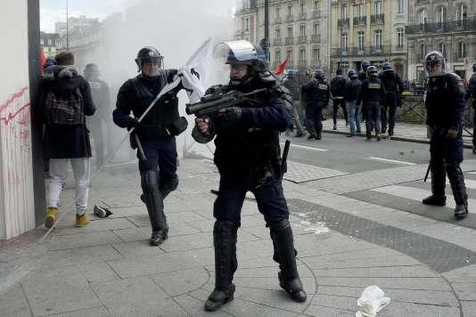 Des policiers lors d'une manifestation contre la loi travail, le 28 avril 2016 à Rennes.