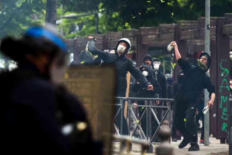 Pendant des affrontements entre manifestants et membres des forces de l'ordre à Marseille.