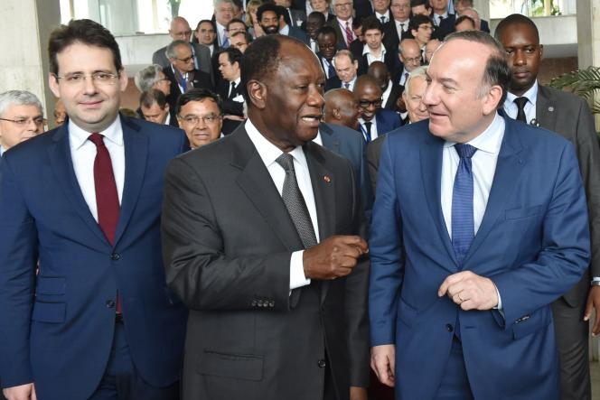 Le président ivoirien, Alassane Ouattara, entouré du secrétaire d'État chargé du commerce extérieur, Matthias Fekl (à gauche), et de Pierre Gattaz, le patron du Medef.