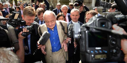 L'ex-maire de Londres Ken Livingston répond aux médias, jeudi 28 avril, à la suite de ses déclarations sur Hitler.