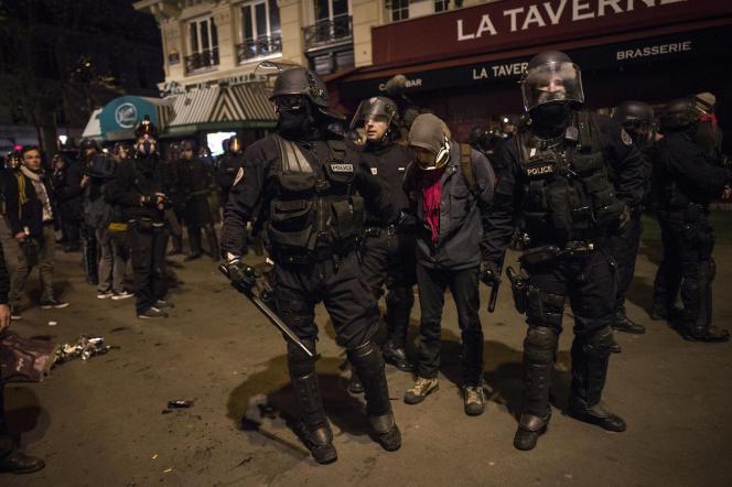 Les forces de l'ordre procèdent à des interpellations après avoir délogé les manifestants de Nuit debout de la place de la République avec des gaz lacrymogènes, dans la nuit du 28 au 29 avril 2016.