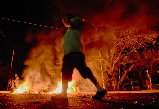 Des opposants au président vénézuélien, Nicolas Maduro, dressent des barricades enflammées à Maracaïbo, le 28 avril.