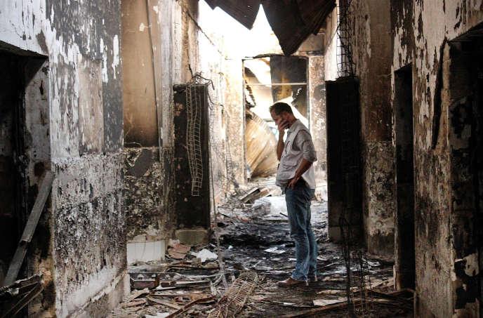 Le 16 octobre 2015, un employé de Médecins sans frontières dans les ruines de l'hôpital de Kunduz.
