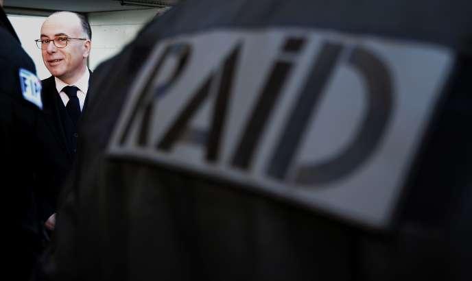 Le ministre de l'intérieur rend visite aux officiers du Raid à Strasbourg le 29 avril.