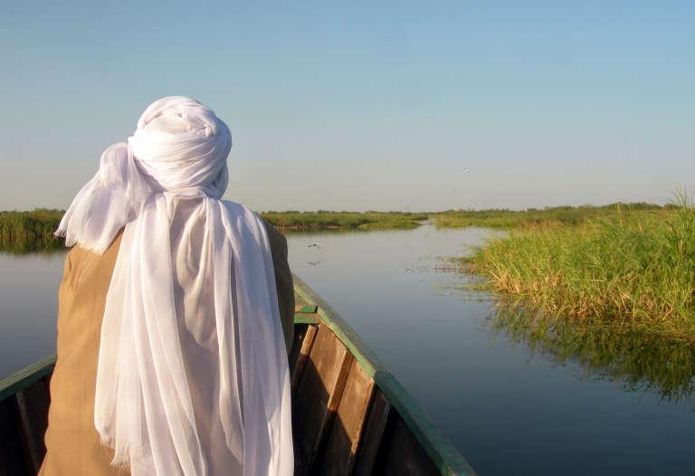 Un vendeur de gas sillonne le lac Tchad à bord de sa pirogue.