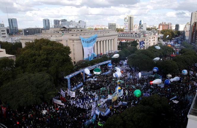 Des dizaines de milliers de manifestants ont défilé dans les rues de Buenos Aires, le 29 avril, pour protester contre la politique du président Mauricio Macri.