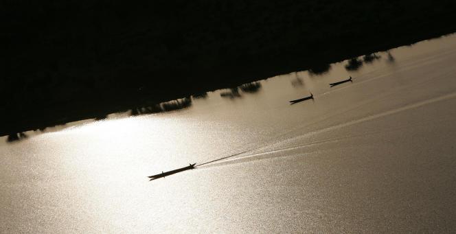 Des pirogues naviguent sur les eaux du lac Tchad.