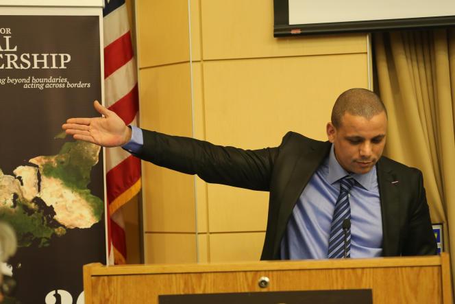 Fouad Ben Ahmed le 21 février après avoir reçu le prix de la diplomatie de la part de l'université américaine Tufts.