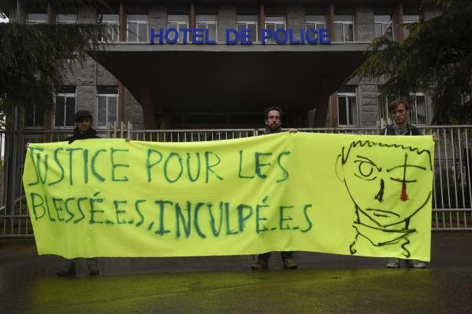 Une banderole déployée devant l'hôtel de police de Rennes le 29 avril en soutien à l'étudiant blessé la veille lors de manifestations.