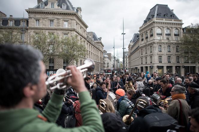 Des musiciens jouent pour soutenir le mouvement Droit au logement.