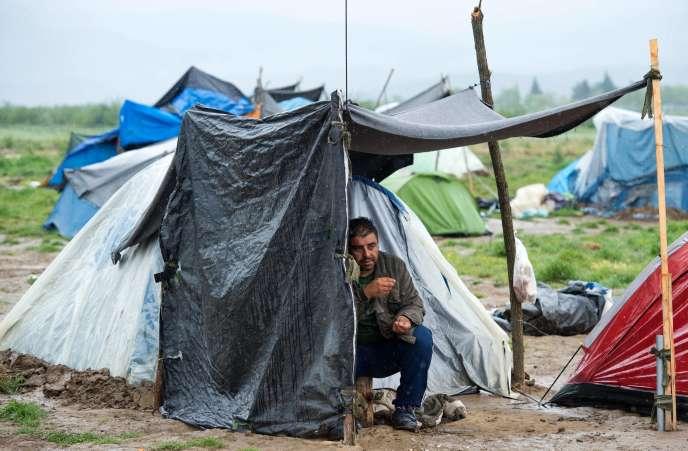 Un migrant sous un abris de fortune près de la frontière macédonienne à Idomeni le 29 avril 2016.