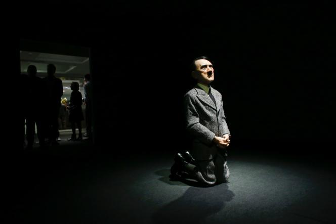 La statue de cire réalisée par Maurizio Cattelan, sobrement intitulée «Him», a été vendue, le 8 mai2016, à New York.
