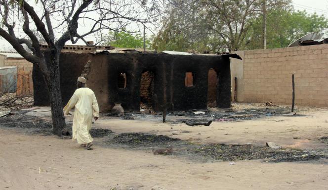 Un homme passe devant une maison détruite par les affrontements entre l'armée et Boko Haram, à Baga en avril 2013.