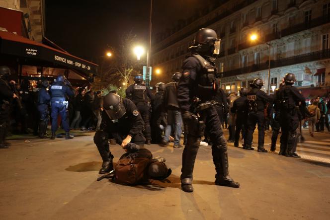 Evacuation de la place de la République par les forces de l'ordre, dans la nuit du jeudi 28 au vendredi 29 avril.