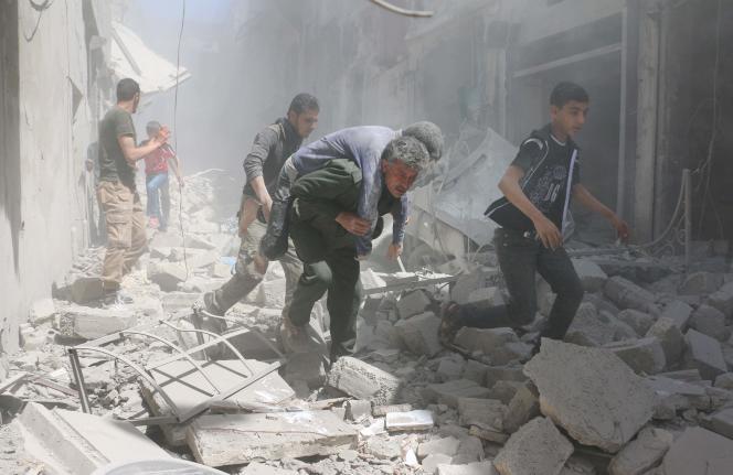 Après un bombardement à Alep vendredi 29 avril.