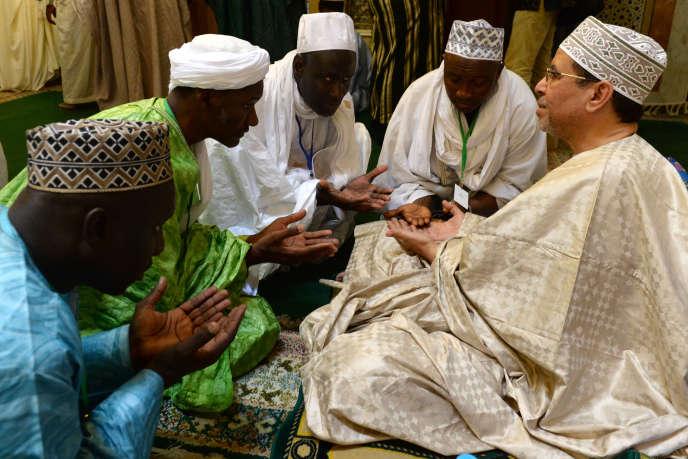 Des membres de la confrérie Tidjaniyya reçoivent les bénédictions d'un descendant du fondateur Cheikh Ahmed Tidjani (1737-1815), à Fès au Maroc, le 14 mai 2014.
