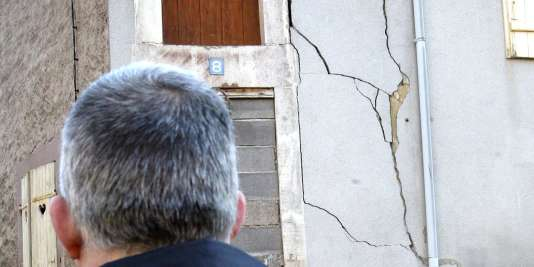 Un sapeur-pompier examine les fissures d'une maison inoccupée, le 23 février 2003, à la suite d'une secousse sismique d'une magnitude de 5,4 survenue à Baccarat  (Meurthe-et-Moselle).