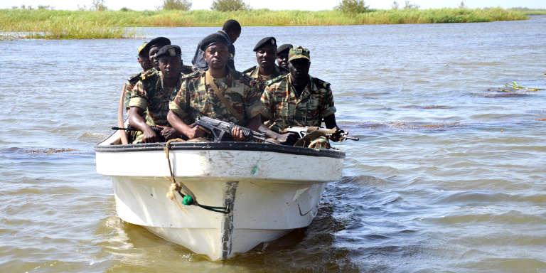 Des soldats de l'armée camerounaise patrouillent sur le lac Tchad, en mars 2013.