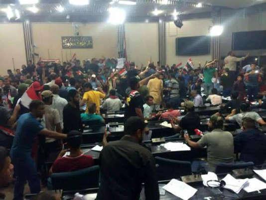 Des partisans du chef chiite Moqtada al-Sadr ont envahi le parlement irakien à Bagdad le 30 avril.