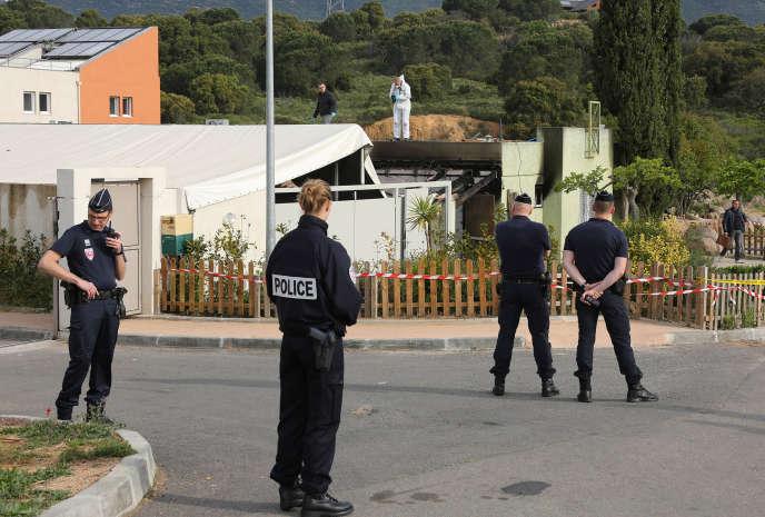 Des policiers aux abords de la salle de prière saccagée.