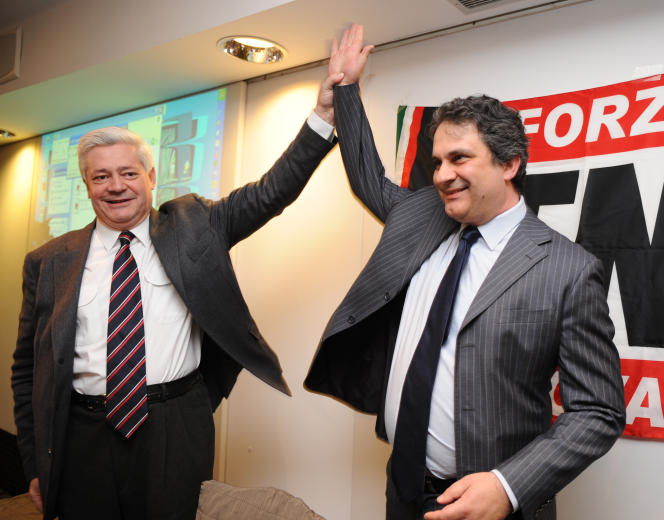 Roberto Fiore, leader du parti d'extrême droite italien Forza Nuova (à droite) et actuel président de l'Alliance pour la paix et la liberté, avec  Bruno Gollnisch, alors vice-président du Front national, en avril 2009 à Milan.