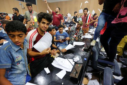 Les partisans de Moqtada al-sadr lors de leur occupation du parlement iraquien dans la zone verte de Baghdad le 30 avril .