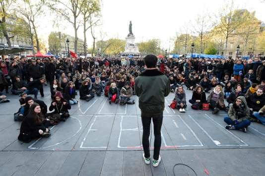 Un débat public organisé par les manifestants de Nuit Debout le 30 avril sur la Place de la République à Paris.