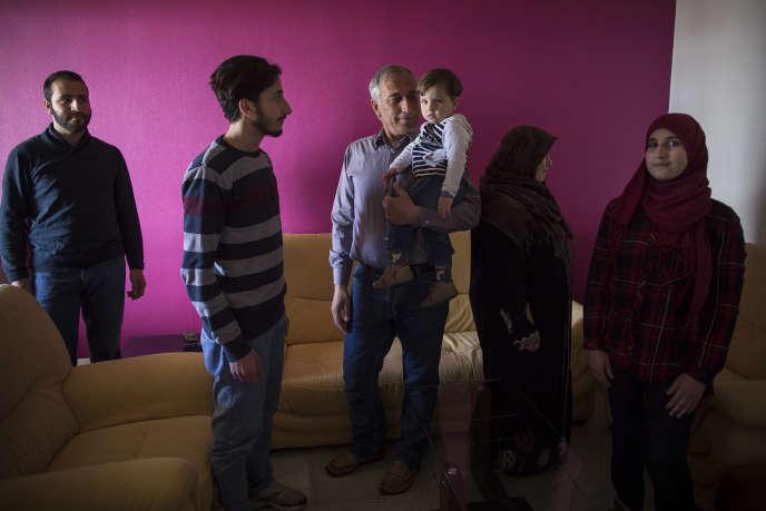 De gauche à droite : Muhammad 23 ans, Abderrahmane 20 ans, Ahmad 47 ans, Hakim 1 an et demi, Khawla 43 ans, et Nour 17 ans. Saint Etienne, 27 avril 2016.