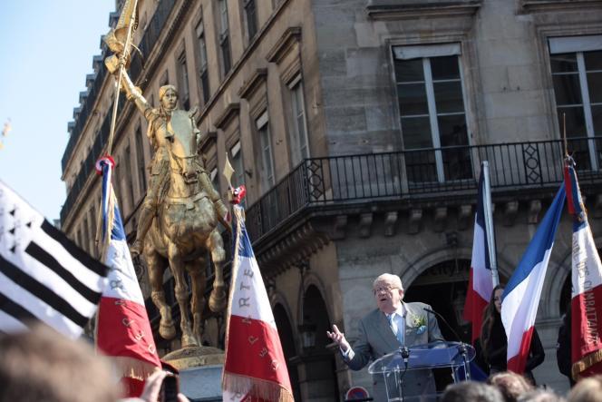 Jean-Marie Le Pen et ses proches commémorent Jeanne d'Arc place des Pyramides dimanche 1er mai.