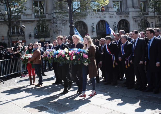 Marine Le Pen rend hommage à Jeanne d'Arc dans le 8e arrondissement et non place des Pyramides comme le veut la tradition du parti.